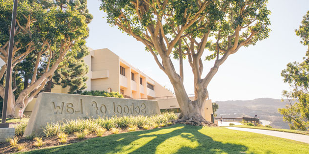 Pepperdine 手机赌博网 sign and tree