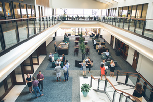 Pepperdine 法律卡鲁索学校 atrium filled with people