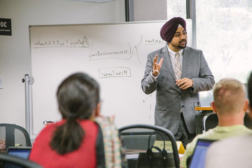 Straus 学院 Professor Singh lecturing in a class